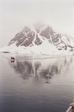 JESSA_G_13_INDISPOSABLECONCEPT_31_SvalbardBurton_2019_DinghyBirdshitCouloir